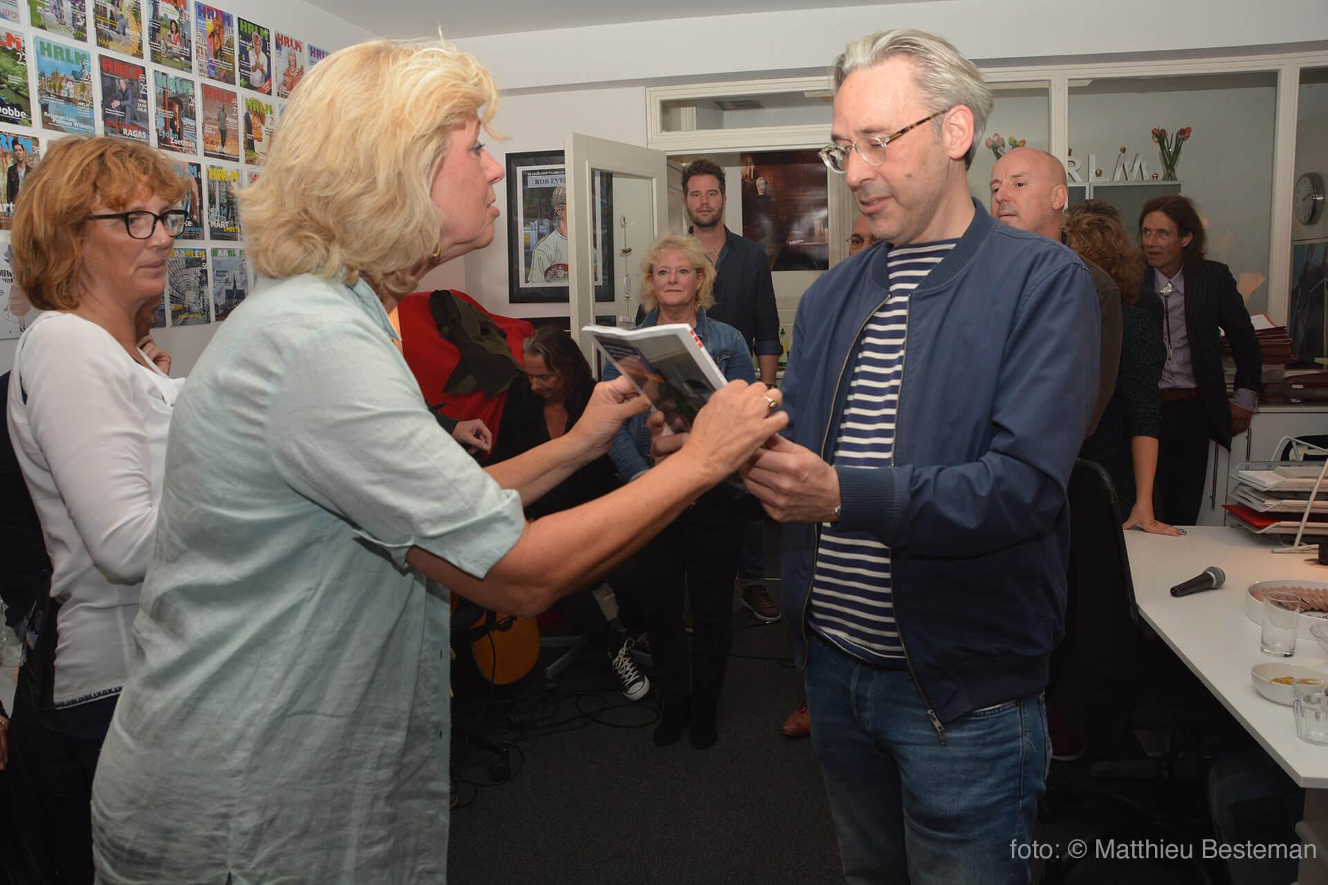 Uitgever Jeanette Eversen overhandigt nummer 58 van De Haarlemse Stadsglossy aan Stefan de Groot