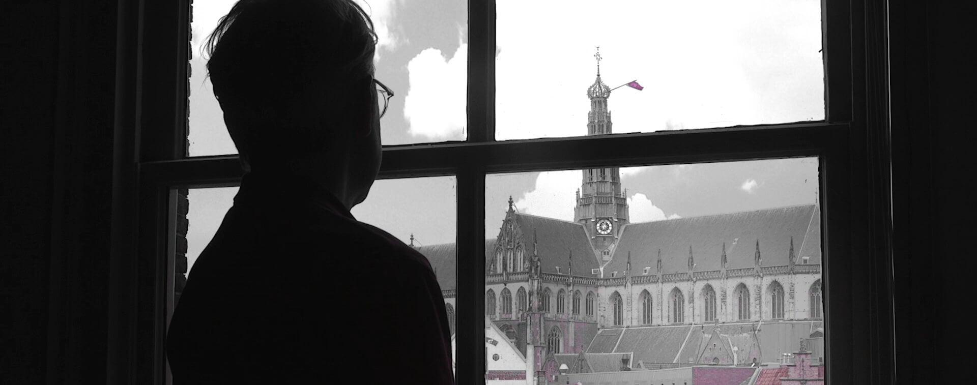 Stefan de Groot studio met uitzicht op de Grote of Sint Bavo