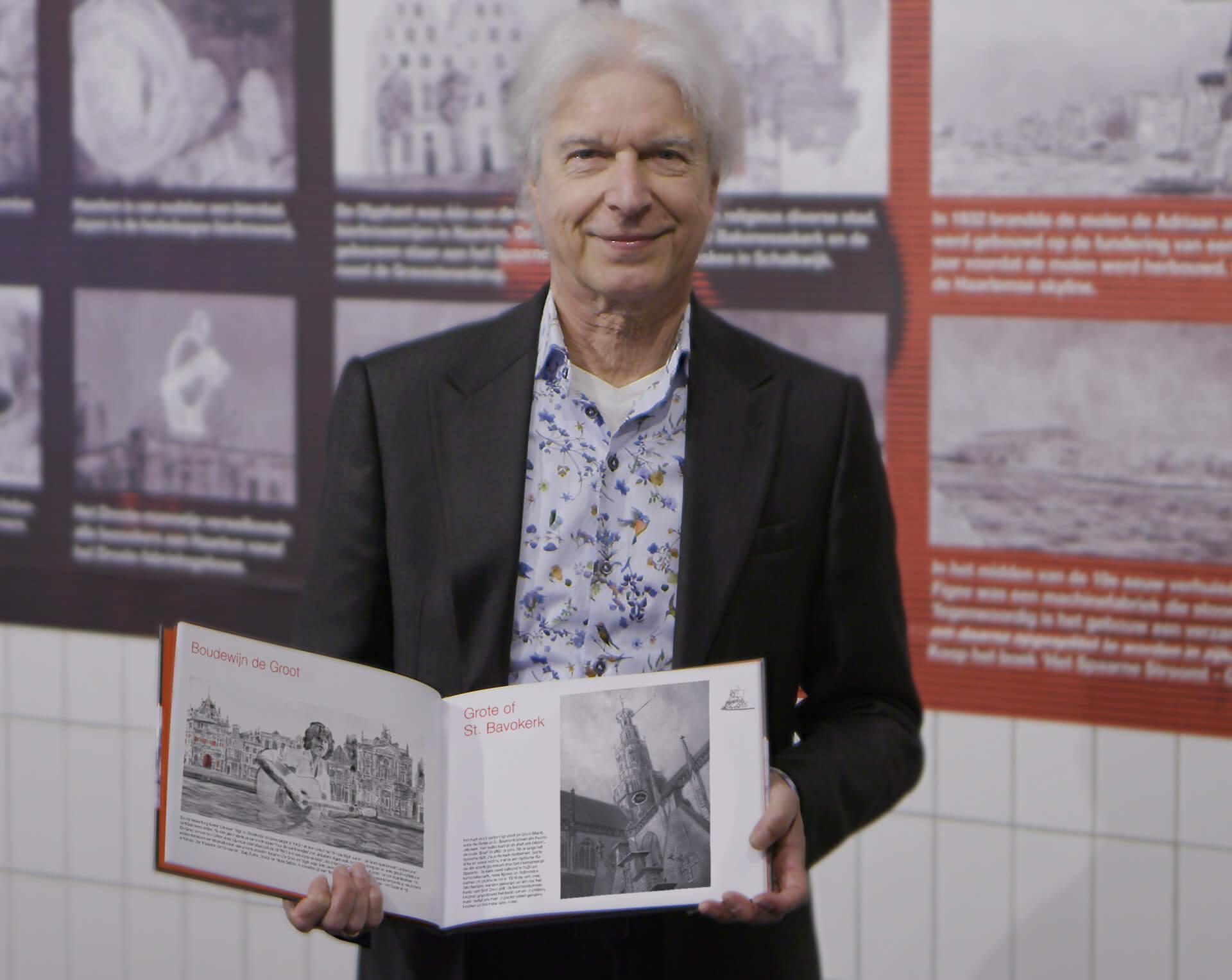 Boudewijn de Groot met het boek 'Het Spaarne - Ode aan Haarlem'